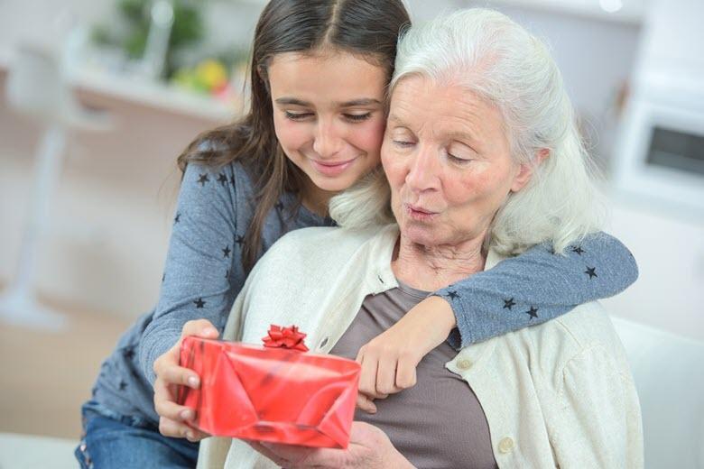 подарить внучке на день рождения бабушке