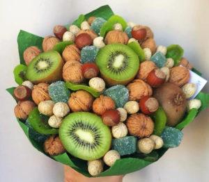 Съедобный букет из фруктов, ягод, орехов