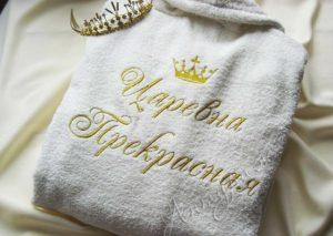 Махровый халат с вышивкой ее инициалов